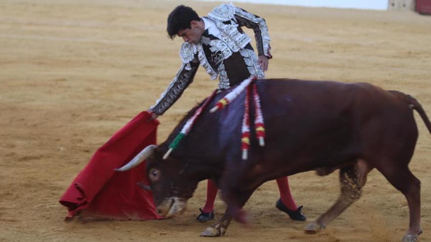 López Simón coloca una piedra por la reconstrucción de la tauromaquia cortando tres orejas en Antequera