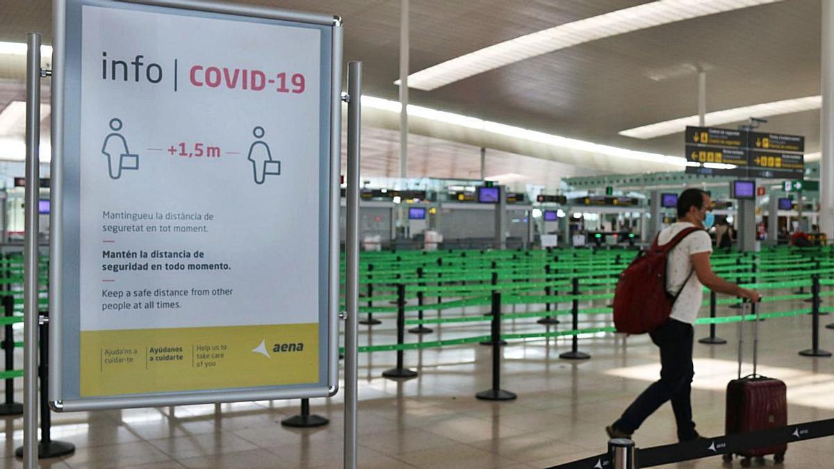 Un passatger dins d'un aeroport per iniciar un viatge