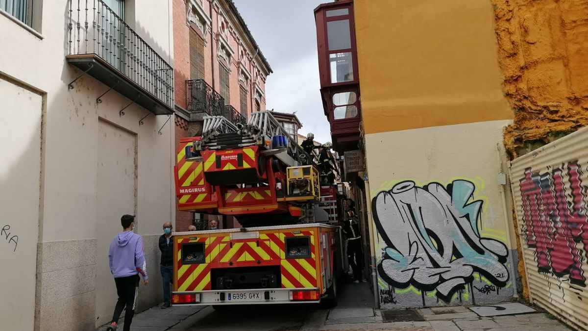 Los bomberos de Zamora intervienen parte de un balcón en la Rúa de los Francos
