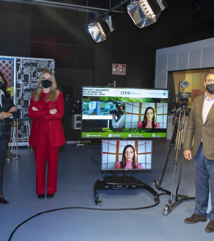 De izquierda a derecha, Nuria Fernández y Aránzazu Calzada, de la UA, la abogada Ofelia Tejerina, en pantalla, y Toni Cabot, director del Club INFORMACIÓN