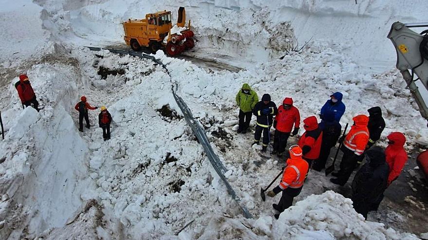 Búsqueda en la zona de la avalancha durante la mañana de ayer. | SEPA
