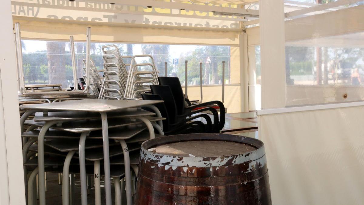 Taules i cadires en una terrassa tancada per la crisi del covid-19