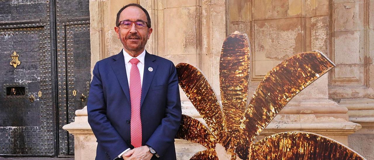El embajador de España ante la Unesco, Andrés Perelló, ayer durante su visita a Elche para participar en los actos del Misteri. | ANTONIO AMORÓS