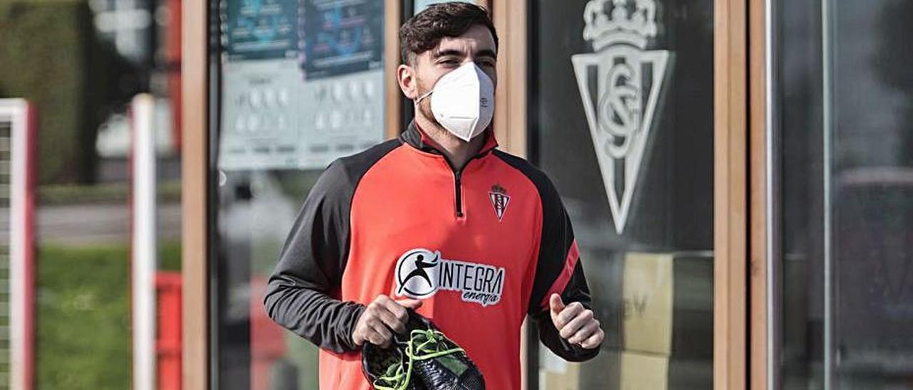 Víctor Campuzano, ayer, con las botas en la mano en Mareo.