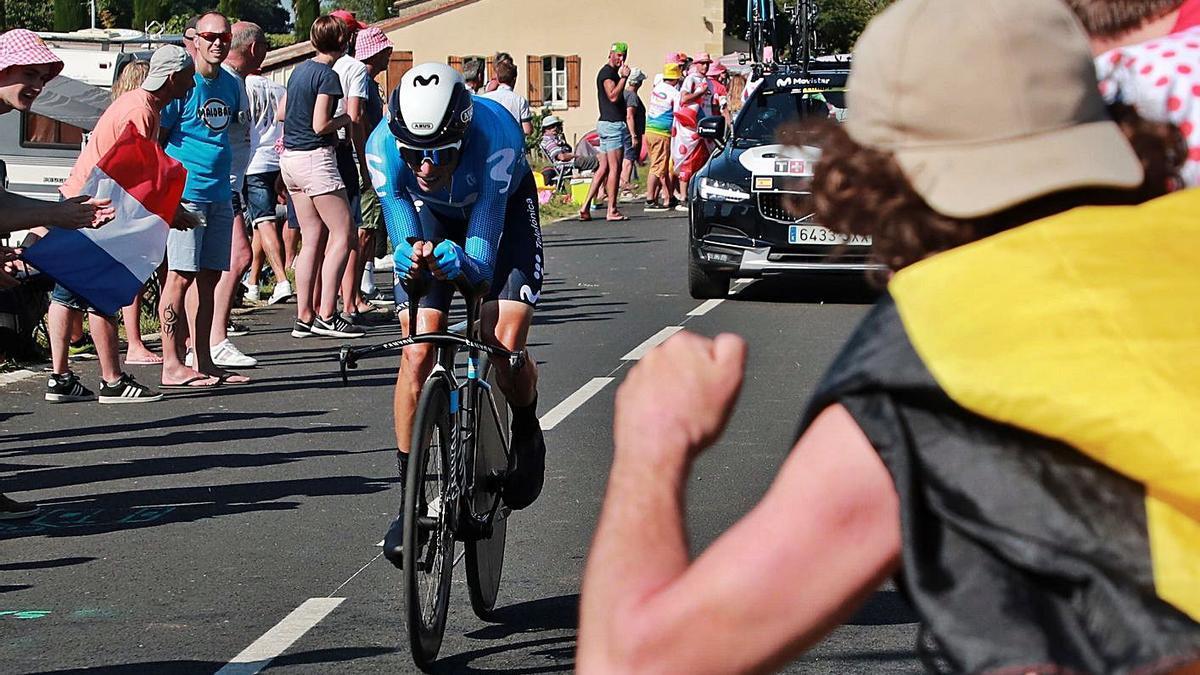 Un aficionado anima al mallorquín Enric Mas durante la contrarreloj de ayer en el Tour. | EFE