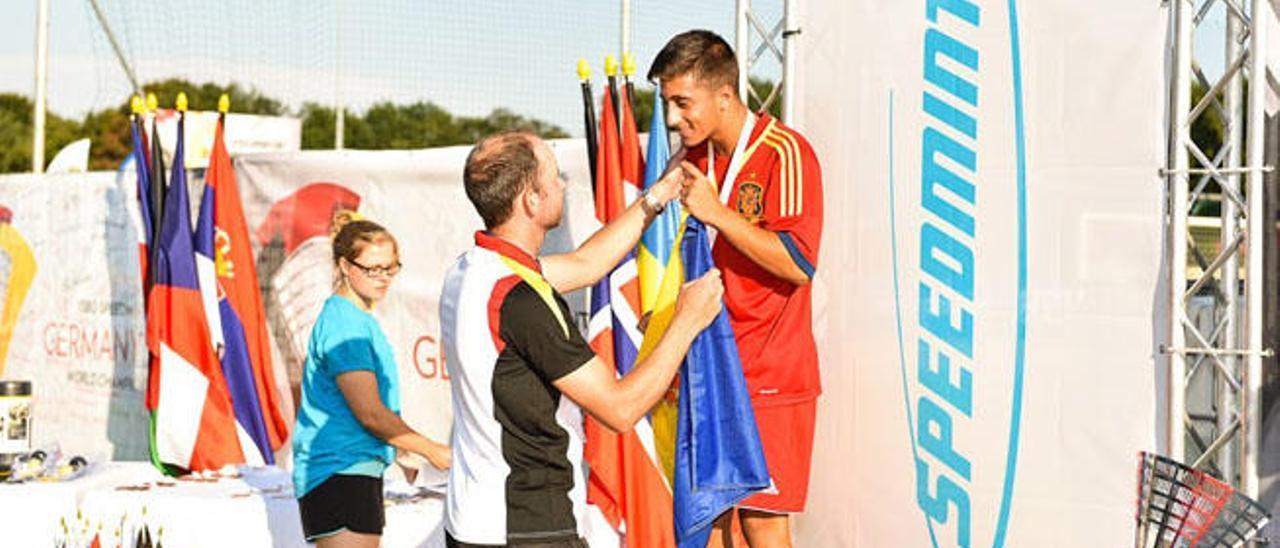 El isleño Saulo Tejada recibe su medalla de plata en el mundial de Berlín de Speed Bádminton.