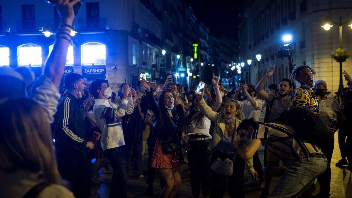 Jóvenes celebran el fin del estado de alarma, en Madrid, en mayo