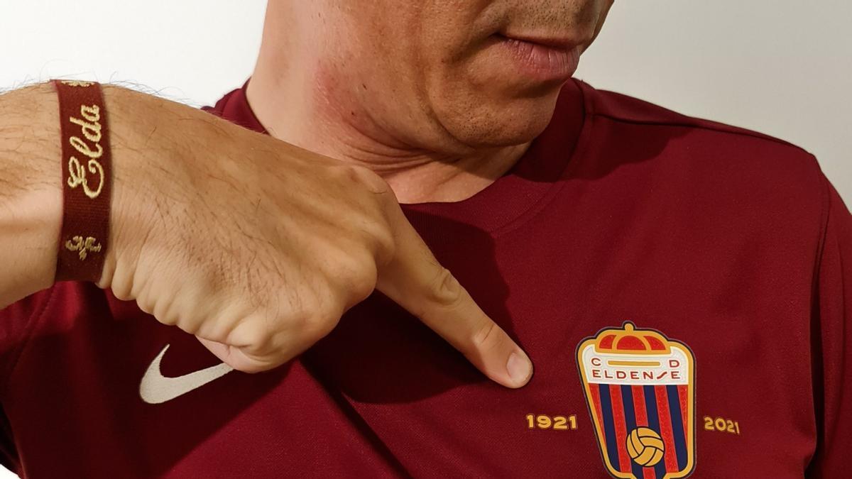 El alcalde Rubén Alfaro con la camiseta del Centenario del Eldense.