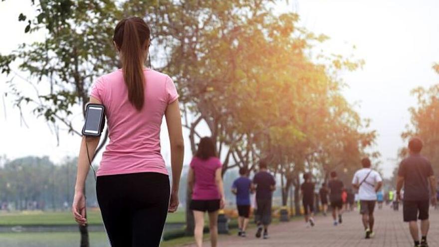 Los beneficios de salir a caminar para la salud y adelgazar