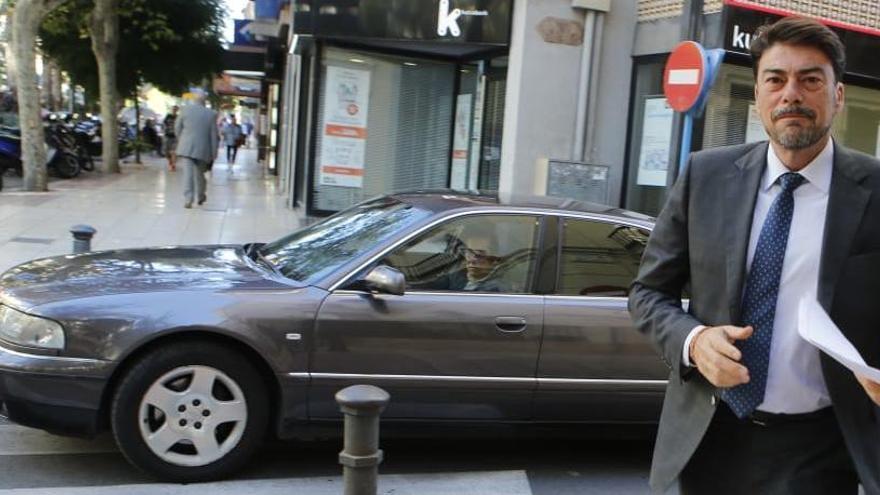 Barcala recupera el coche oficial de Alperi tras devolver el cedido por Volvo