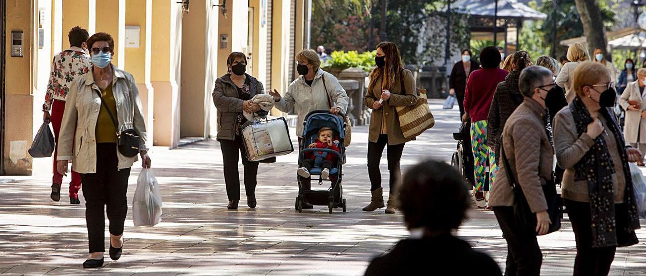 Decenas de habitantes de Xàtiva pasean por la Albereda Jaume I, en una imagen de ayer   PERALES IBORRA