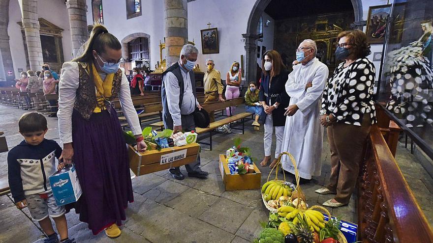 Una veintena de colectivos  cierran las fiestas patronales con una ofrenda a San Juan