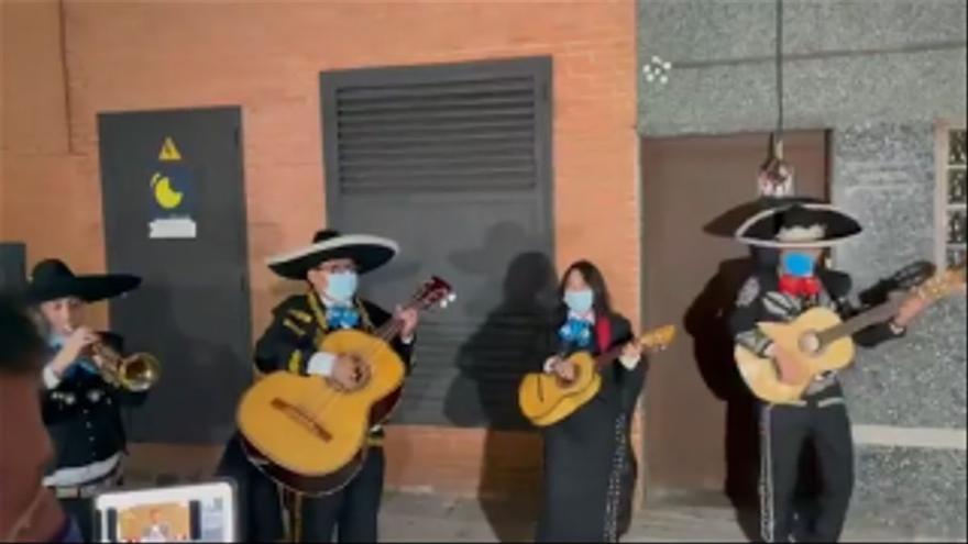 ForoCoches manda a un quinteto de mariachis a las sedes de Podemos y Ciudadanos