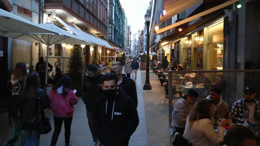 El Ayuntamiento de Gijón dará 250.000 bonos de 5 y 20 euros para potenciar el consumo en tiendas y bares