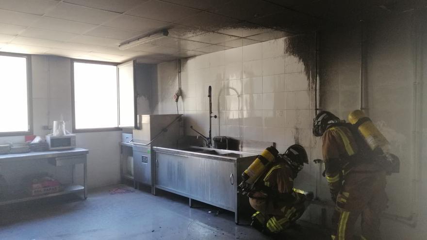 Bomberos sofocan un incendio declarado en la cocina de un centro educativo de Lorca