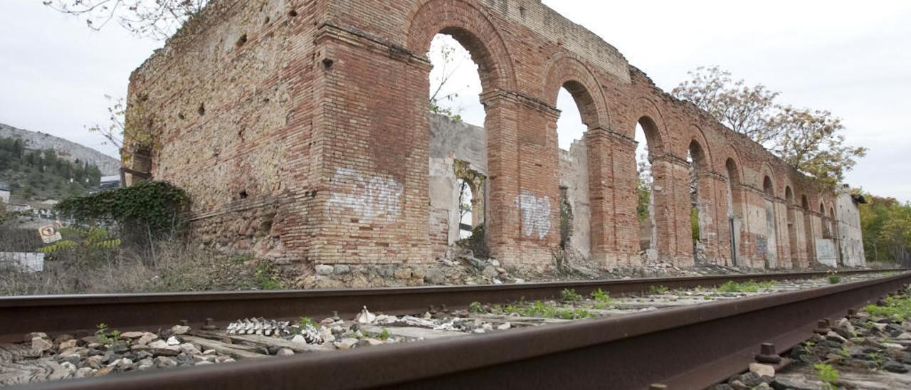 Un informe cifra en 53.000 euros el coste de consolidar la vieja estación de trenes de Xàtiva, la segunda más antigua de España