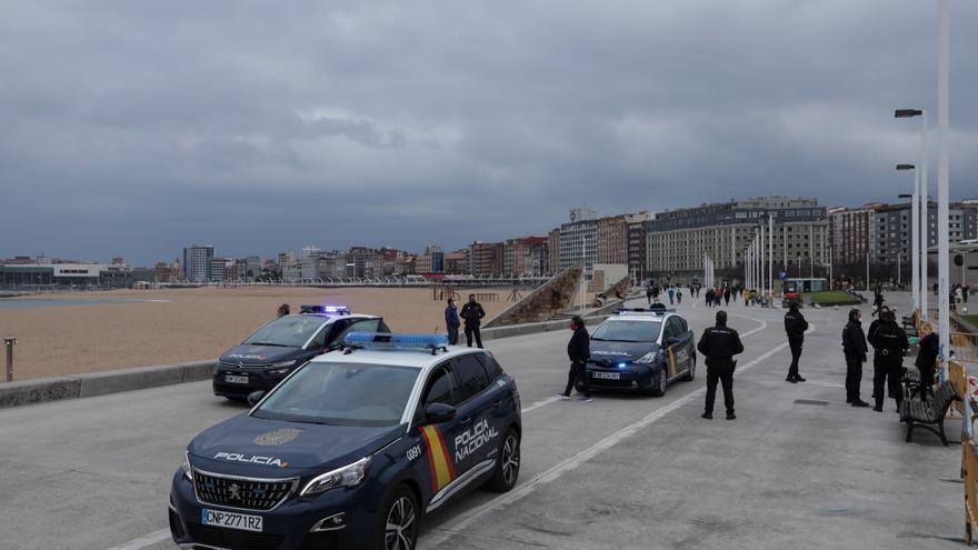 Salvan a una mujer de 55 años que se tiró al mar en Poniente