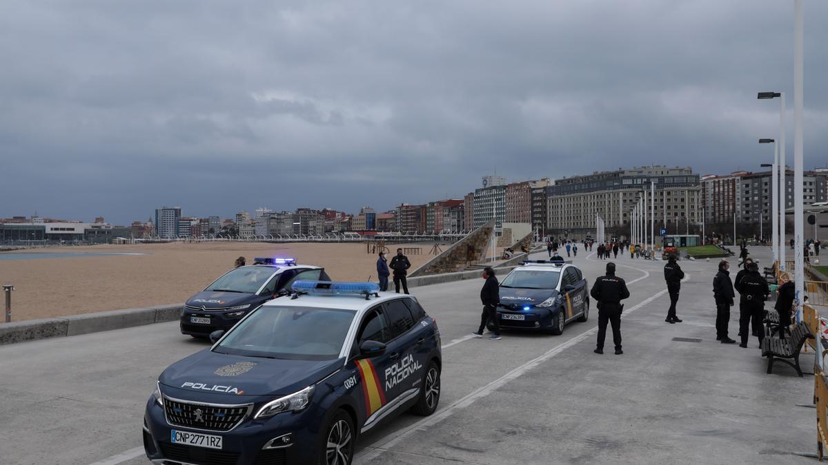 Agentes en la playa de Poniente tras rescatar a la mujer.