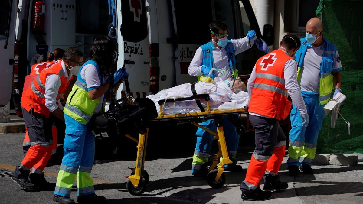 Un afectado por coronavirus atendido por una ambulancia.
