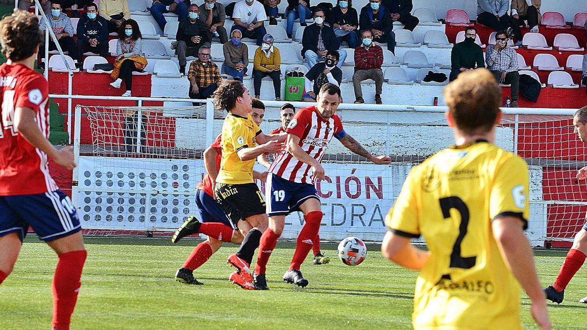 Aitor Díaz con el balón en el partido de la primera jornada ante la U.D.Ourense.    // GONZALO NÚÑEZ