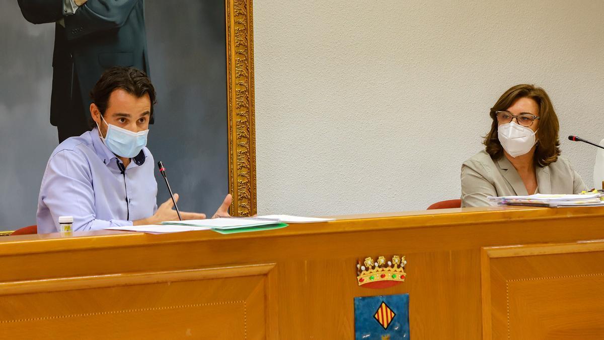 Imagen de un pleno con el alcalde Eduardo Dolón y la secretaria general del Ayuntamiento