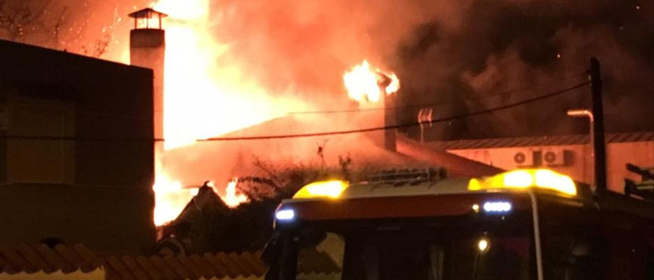 Un incendio arrasa una pizzería en Torrevieja