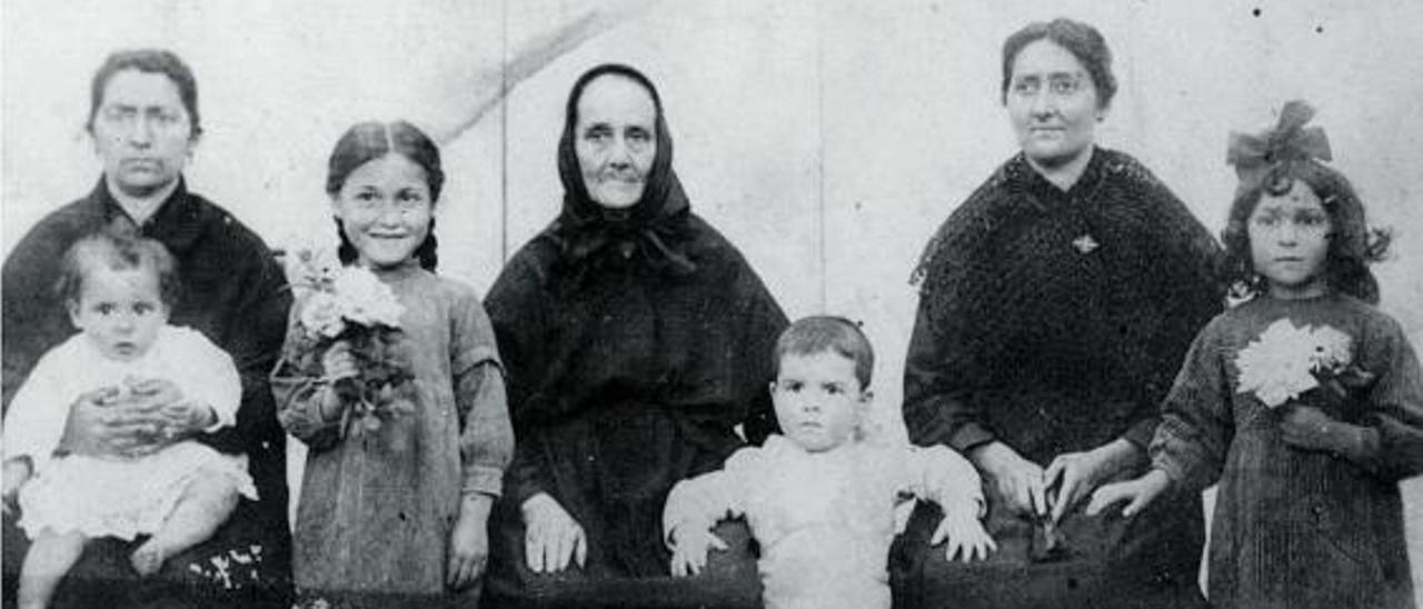 Una de las denunciadas, Maria Domingo, con su familia. archivo familiar