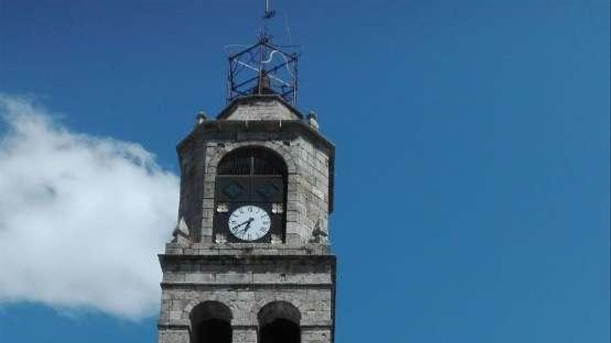 Torre del Azogue, donde cayó el rayo. El reloj, parado a la hora del impacto.