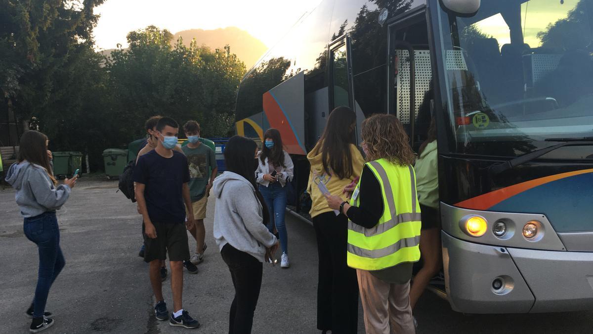 Alumnes de la línia de transport escolar de Prullans agafant el bus aquest dilluns al matí