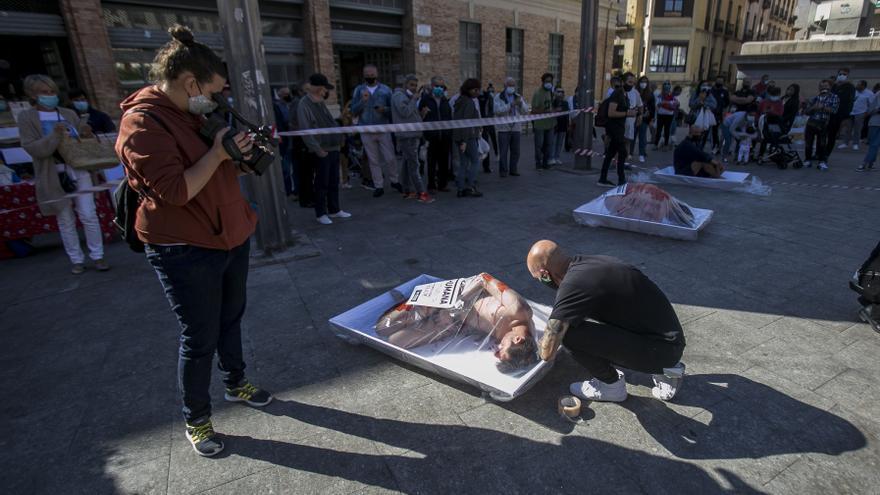 Activistas animalistas protestan en Alicante contra el consumo de carne