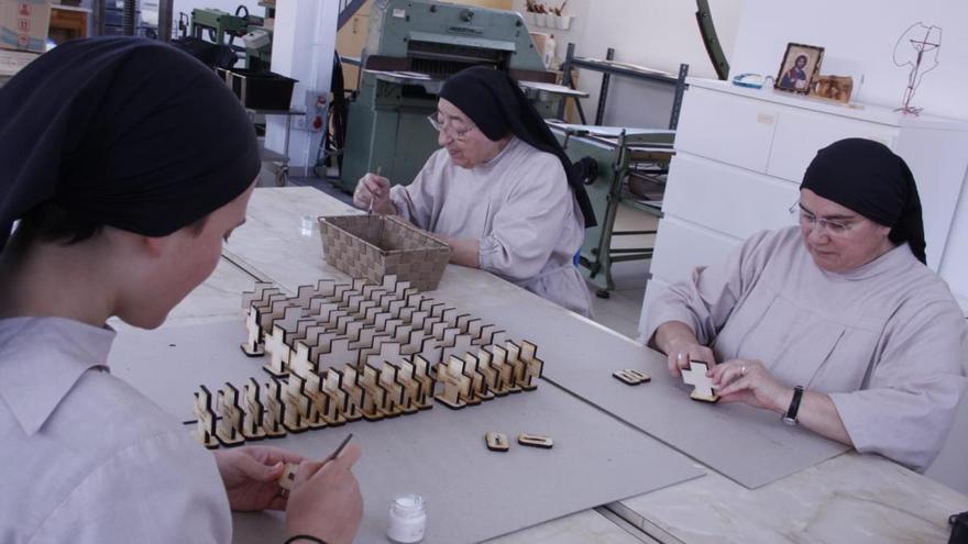 Las Hermanas Algezares elaboran una cruz para marcar la distancia en los templos
