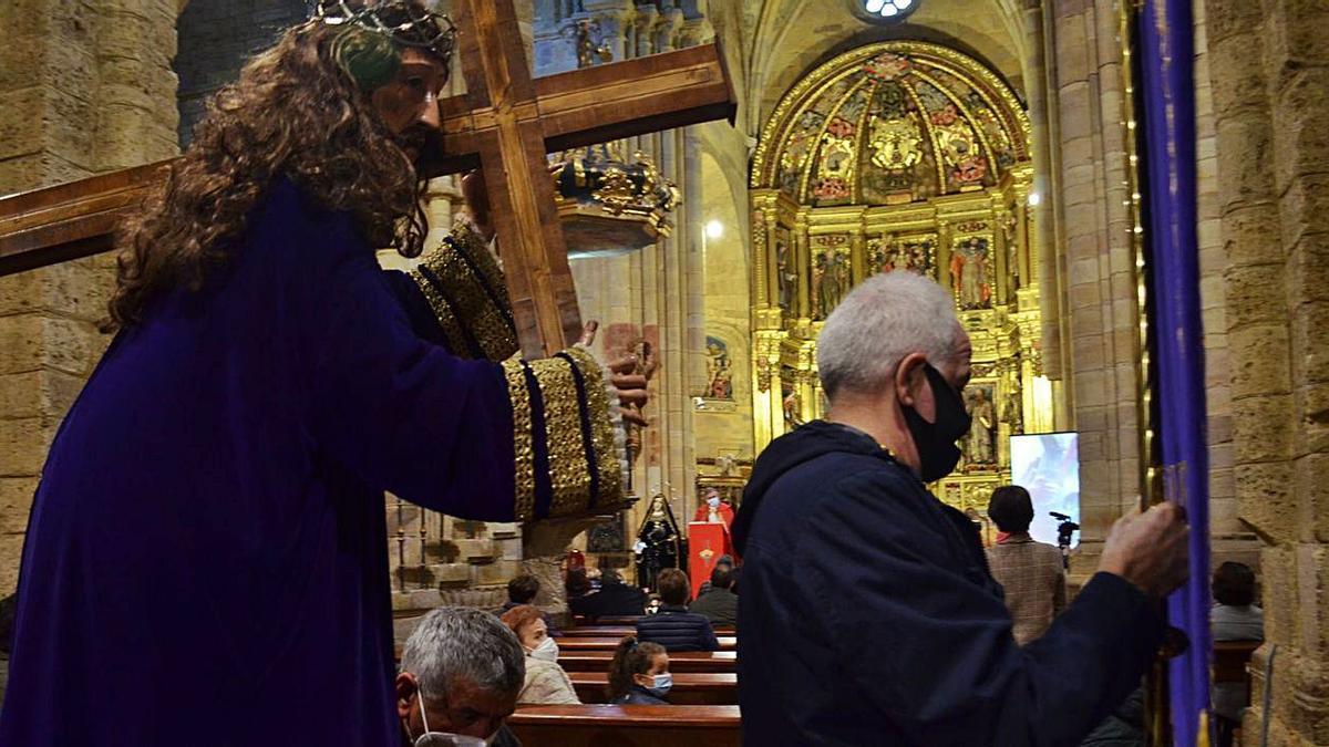 El Nazareno en su recorrido durante el Via Crucis y al fondo la Dolorosa. | E. P.
