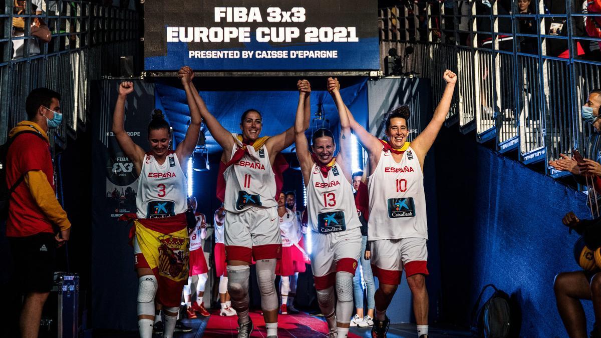 Vega Gimeno y sus tres compañeras de selección, Sandra Ygueravide, Marta Canella y Aitana Cuevas, ya forman parte de la historia del baloncesto español