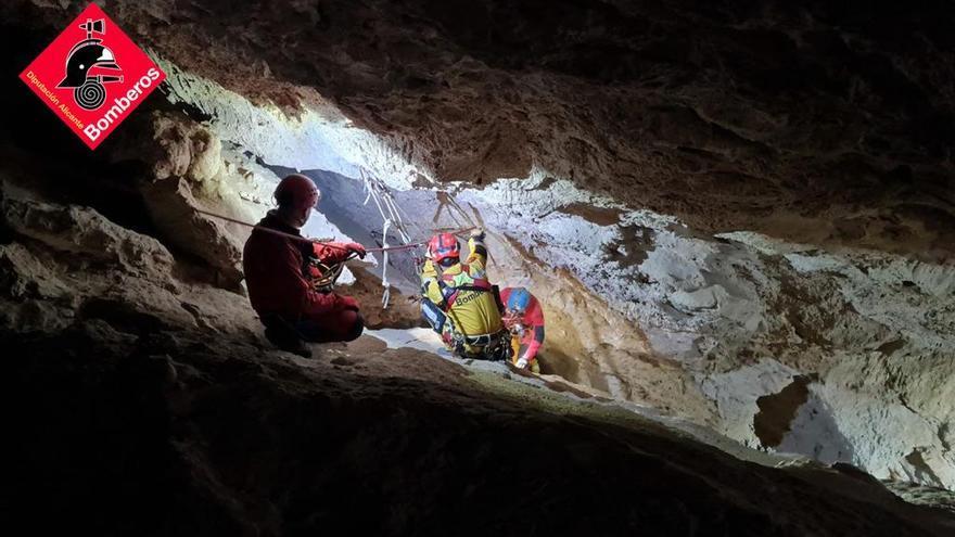 Difícil rescate en una cueva de Monóvar a un espeleólogo con el hombro dislocado tras una caída