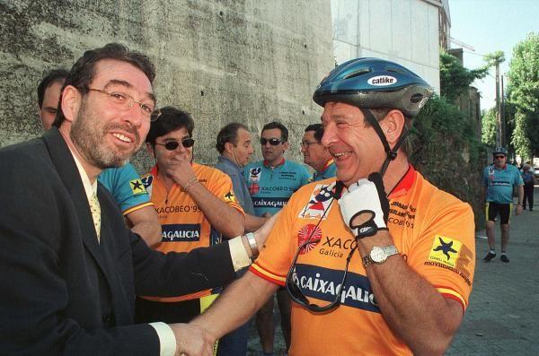 El exalcalde de Vigo Lois Pérez Castrillo saluda a Carlos Mantilla en las Quintas Jornadas Ciclistas Parlamentarias. // Cameselle