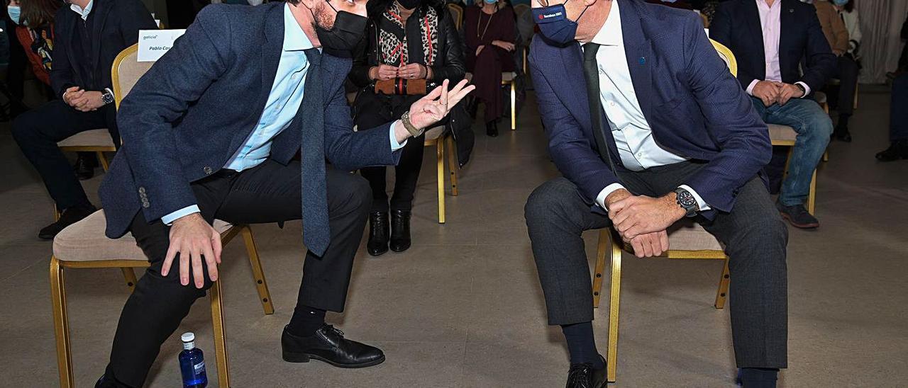 Feijóo, a la derecha, charla con Casado en un acto en diciembre en A Coruña.     //E.P./M. DYLAN