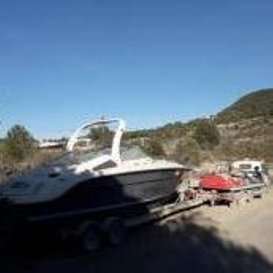 Acumulación de coches y barcos en una finca de Cala Tarida, en Sant Josep