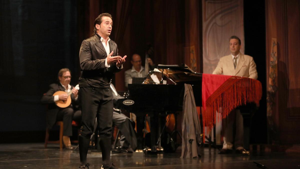 El cantador de jota Nacho del Río, este miércoles en un ensayo en el Teatro Principal.