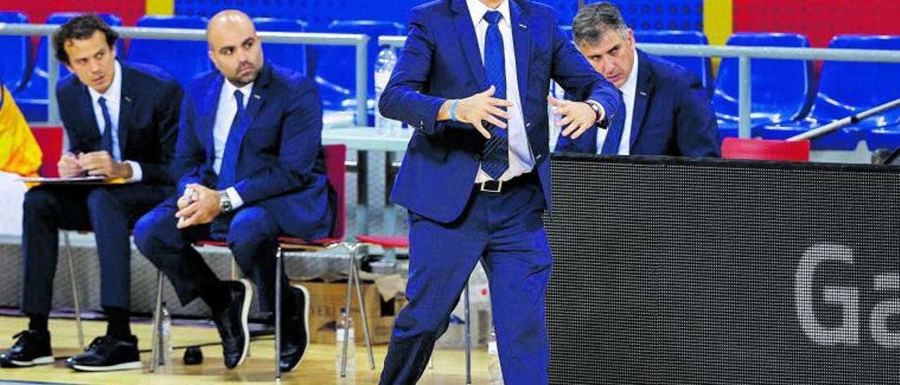 Porfi Fisac, técnico del Herbalife Gran Canaria, da instruciones a sus jugadores en el Palau Blaugrana en la última derrota de su equipo.
