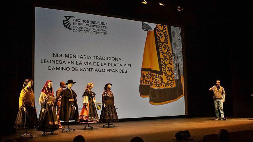 El Festival de indumentaria tradicional  de Zamora se centra en el traje charro y una pasarela de Galicia