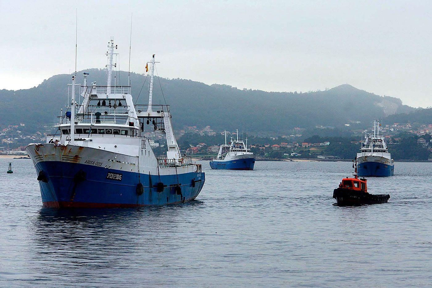 """El """"Arosa Doce"""" y un remolcador, entrando al puerto"""