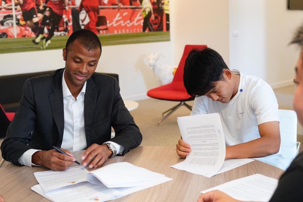 Takefusa Kubo firma el contrato como nuevo jugador del Real Mallorca