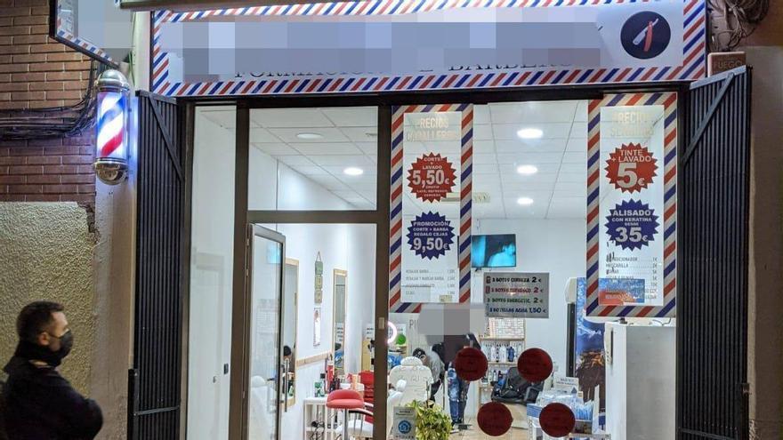 La Policía Local cierra en Alicante un local sin licencia ni medidas anticovid que ofrecía peluquería, alcohol y tatuajes