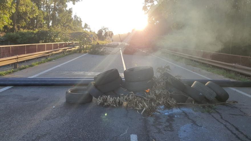 Los trabajadores de Alcoa cortan con barricadas la carretera principal de acceso a la planta de San Cibrao