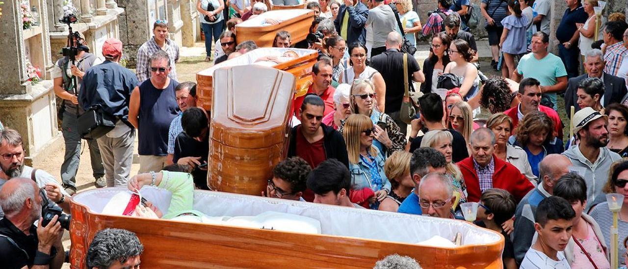 Ataúdes ofrecidos en honor a Santa Marta durante la procesión de 2019