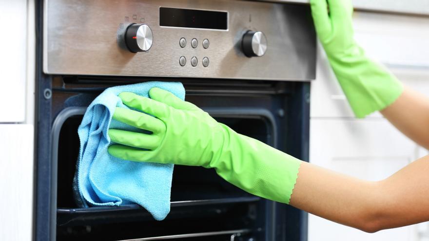 El método casero (y barato) para limpiar el horno en cinco minutos