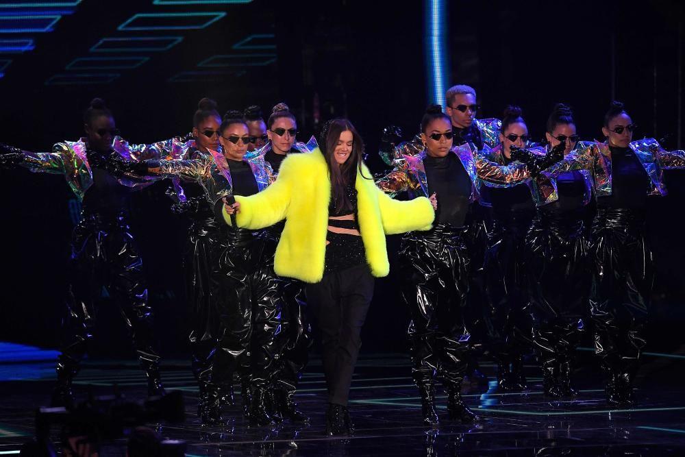 Actuación de Hailee Steinfeld. LLUIS GENE / AFP