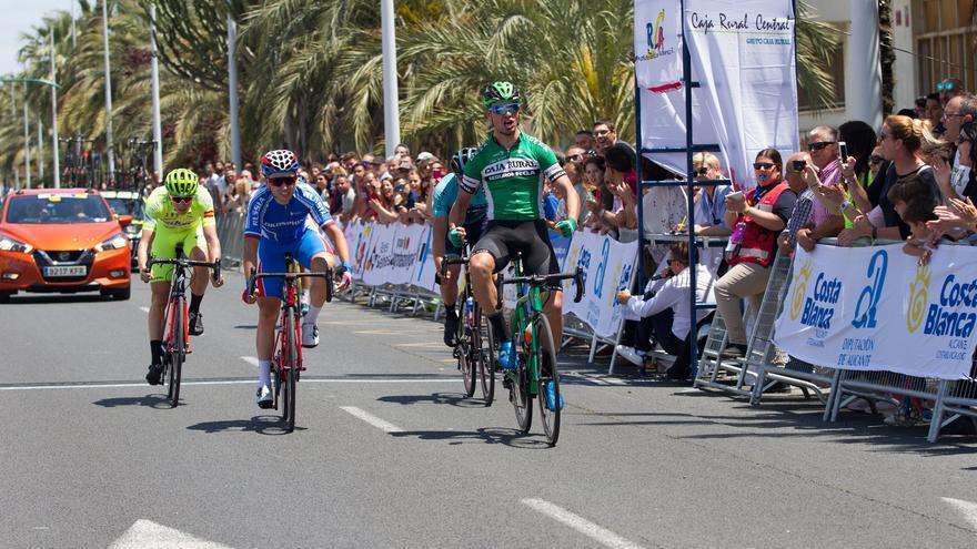 La Vuelta a Alicante prohíbe el contacto entre público y ciclistas