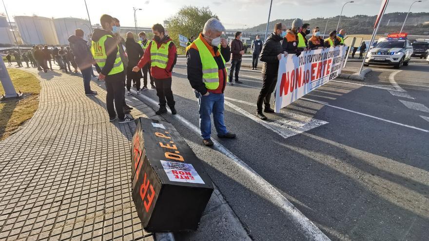 """""""Menos ERTE, máis investimento"""", protestan los trabajadores de la refinería de A Coruña"""