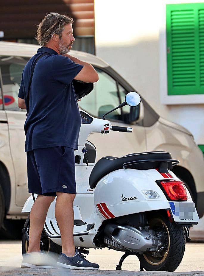 Jay Kay, el líder de Jamiroquai, el pasado domingo en una de las calles del Port d'Andratx, donde tiene una casa. El músico, que pasa el mes de agosto en la isla, suele moverse por la zona en vespa, patinete eléctrico o en un Porsche antiguo.
